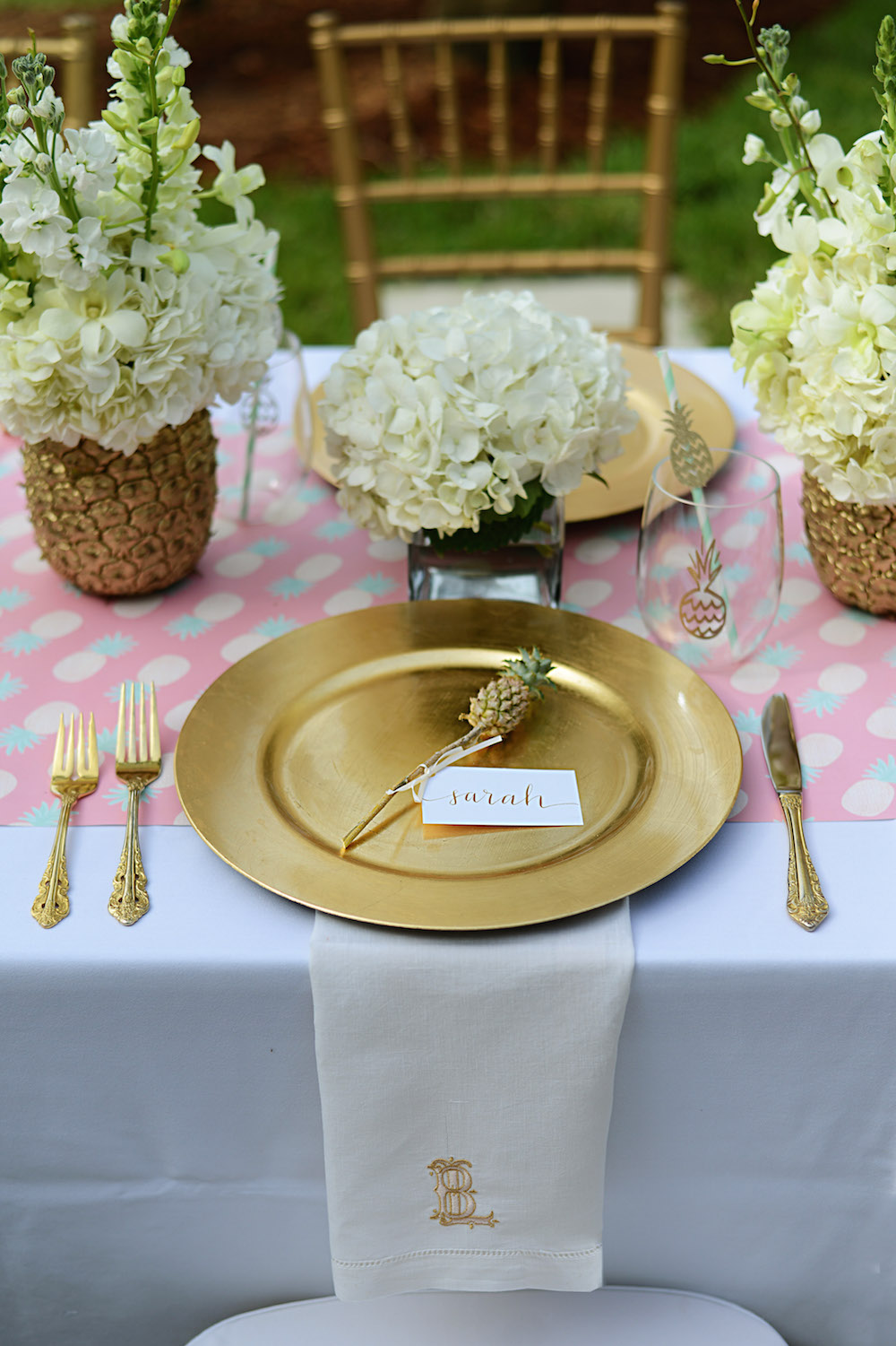 pink_table_pineapple_flowers_gold_plate